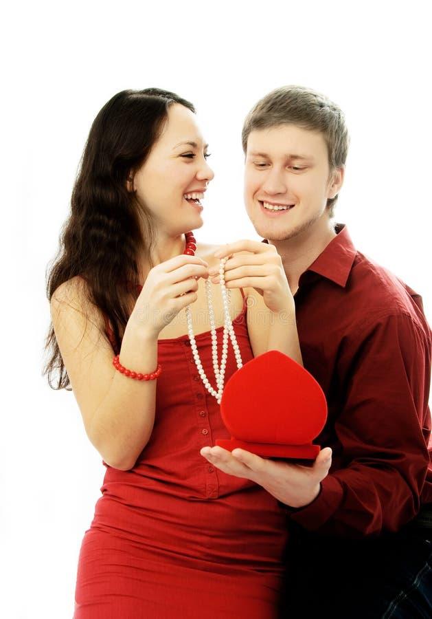 Stattlicher junger Mann gibt seiner Frau ein Geschenk stockfoto