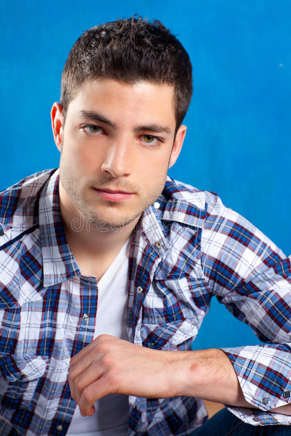Stattlicher junger Mann mit Plaidhemd auf Blau lizenzfreie stockfotos