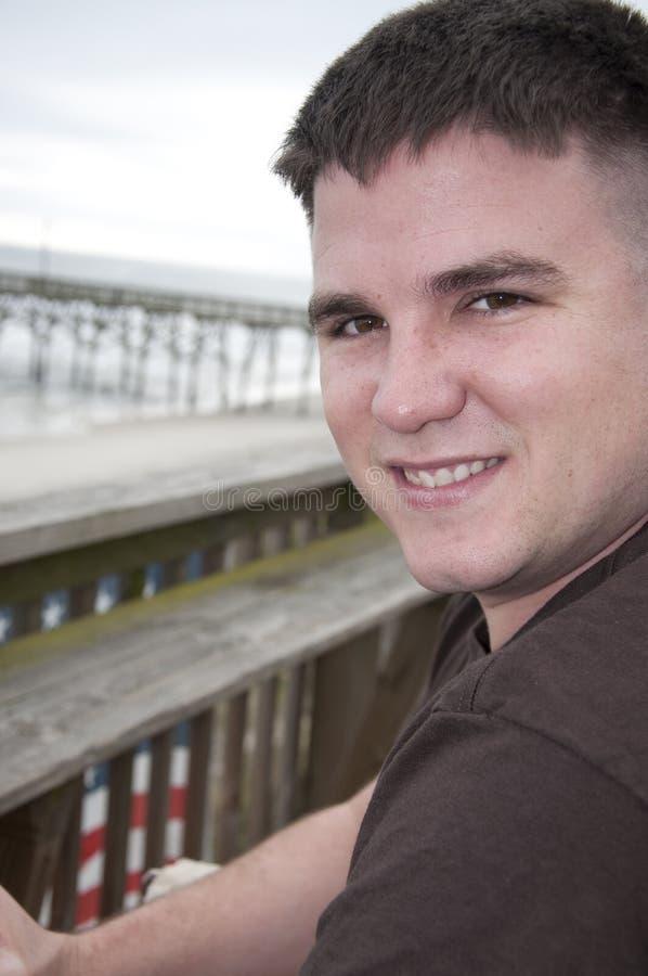 Stattlicher junger Mann am Strand lizenzfreie stockfotografie