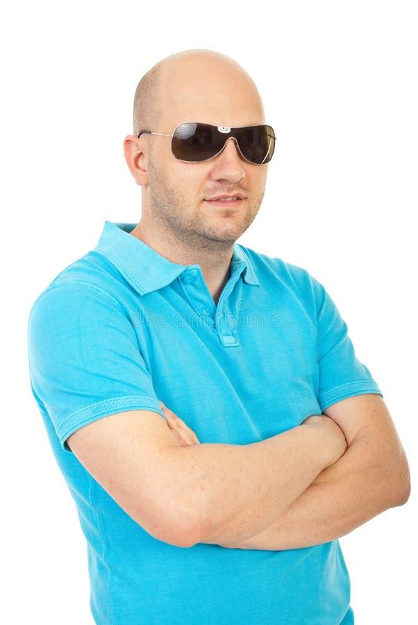 Stattlicher kahler Mann mit Sonnenbrillen lizenzfreie stockbilder