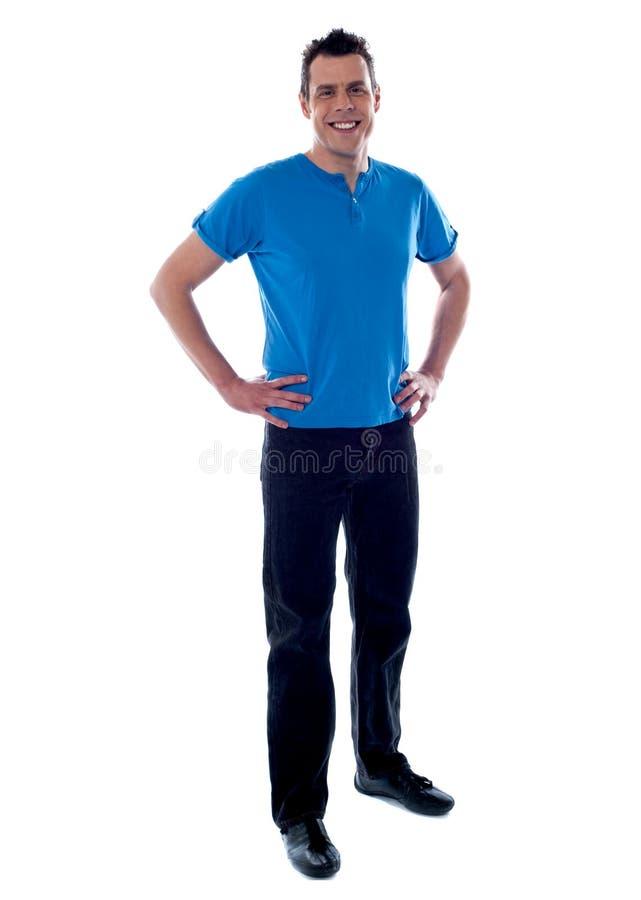 Stattlicher Kerl mit den Händen auf Taille stockbild