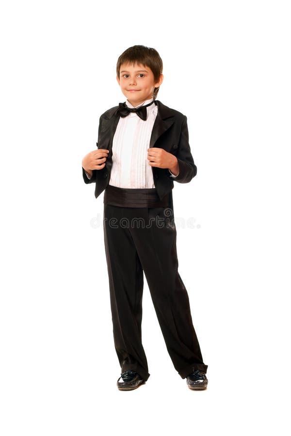 Stattlicher kleiner Junge in einem Smoking stockfoto