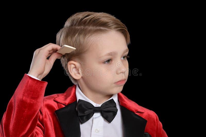 Stattlicher kleiner Junge in einem Smoking stockfotos