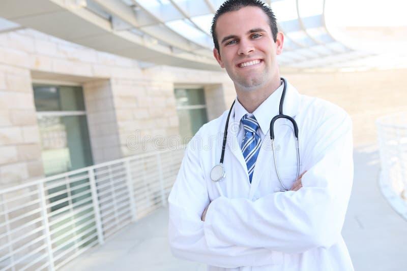 Stattlicher lächelnder Doktor am Krankenhaus lizenzfreie stockbilder