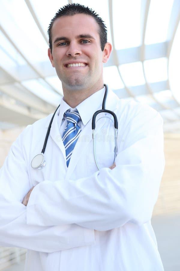 Stattlicher lächelnder Doktor am Krankenhaus stockfotografie