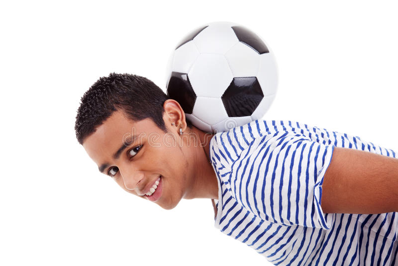 Stattlicher lateinischer Junge, der eine Fußballkugel anhält stockfotografie