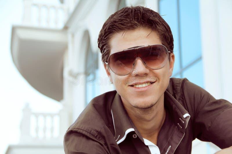 Stattlicher Mann in den Sonnenbrillen, männliches Baumuster lizenzfreie stockbilder