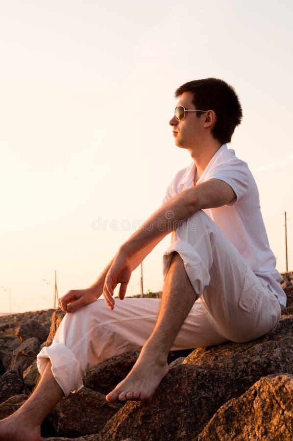 Stattlicher Mann an den Steinen stockbilder