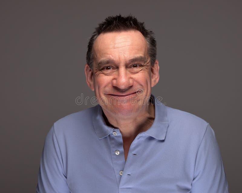 Stattlicher Mann, der das dumme Gesichts-Grinsen zieht stockbilder