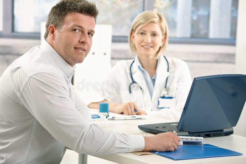 Stattlicher Mann am Doktor lizenzfreies stockbild