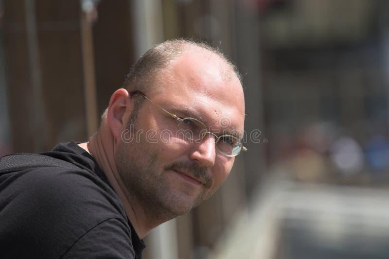 Stattlicher Mann an einem sonnigen Tag lizenzfreie stockfotos