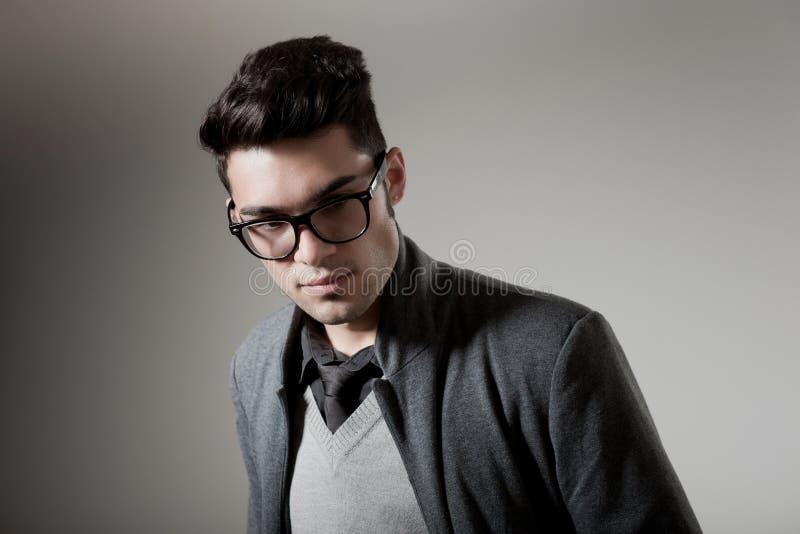 Stattlicher Mann gekleidete beiläufige tragende Gläser stockfotografie