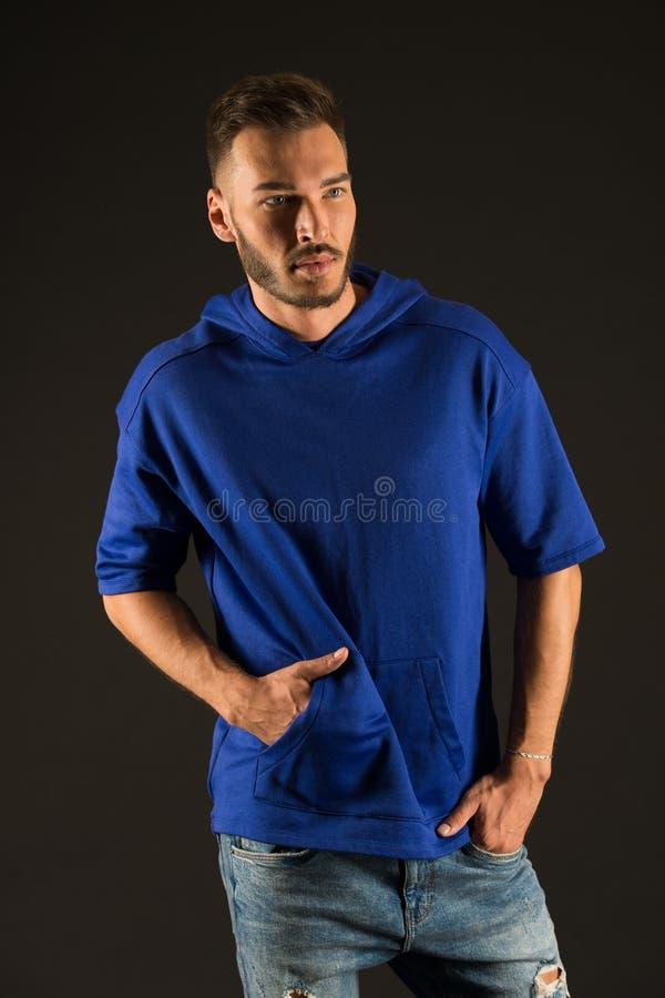 Stattlicher Mann Gut aussehender Mann in der Freizeitkleidung Hübsch in der Art Zufällig hübsch Zeit sich zu entspannen lizenzfreie stockfotos
