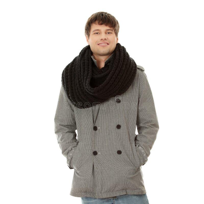 Stattlicher Mann im Schal und im Mantel stockfoto