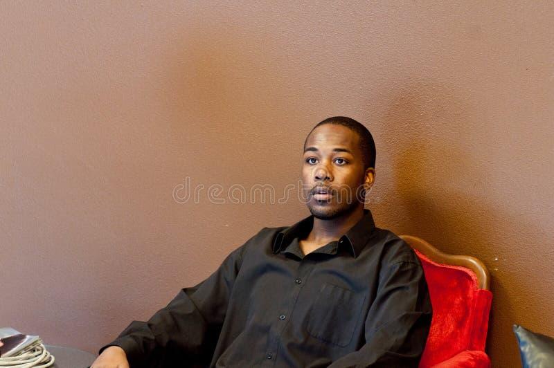 Stattlicher Mann im schwarzen Hemd stockfotos