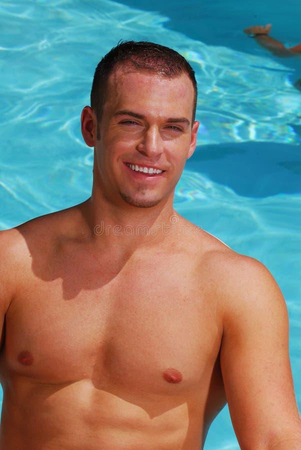 Stattlicher Mann im Swimmingpool stockfotos