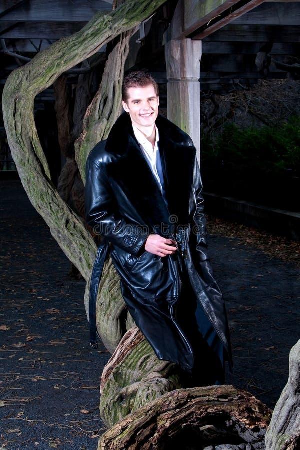 Stattlicher Mann mit Baum stockfoto