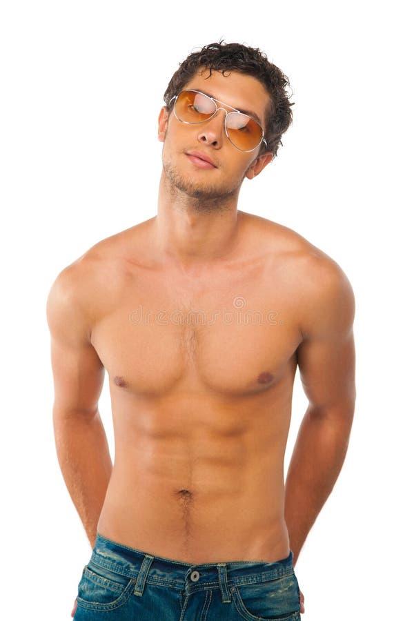 Stattlicher muskulöser Junge getrennt auf Weiß lizenzfreie stockfotos