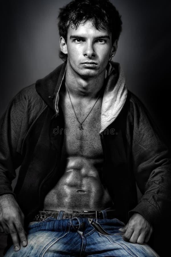 Stattlicher reizvoller Mann mit dem muskulösen Abdomen lizenzfreie stockbilder