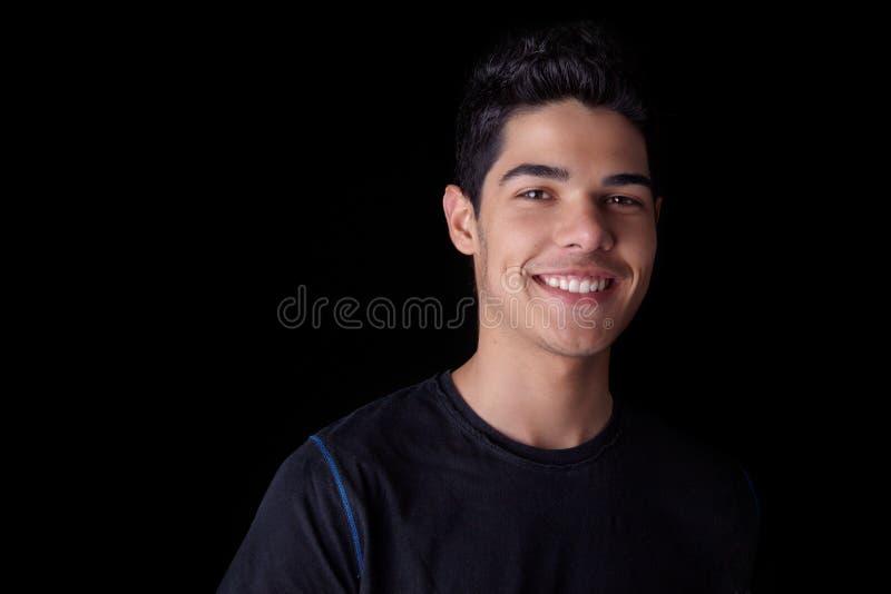 Stattliches junger Mann-Lächeln stockfotografie