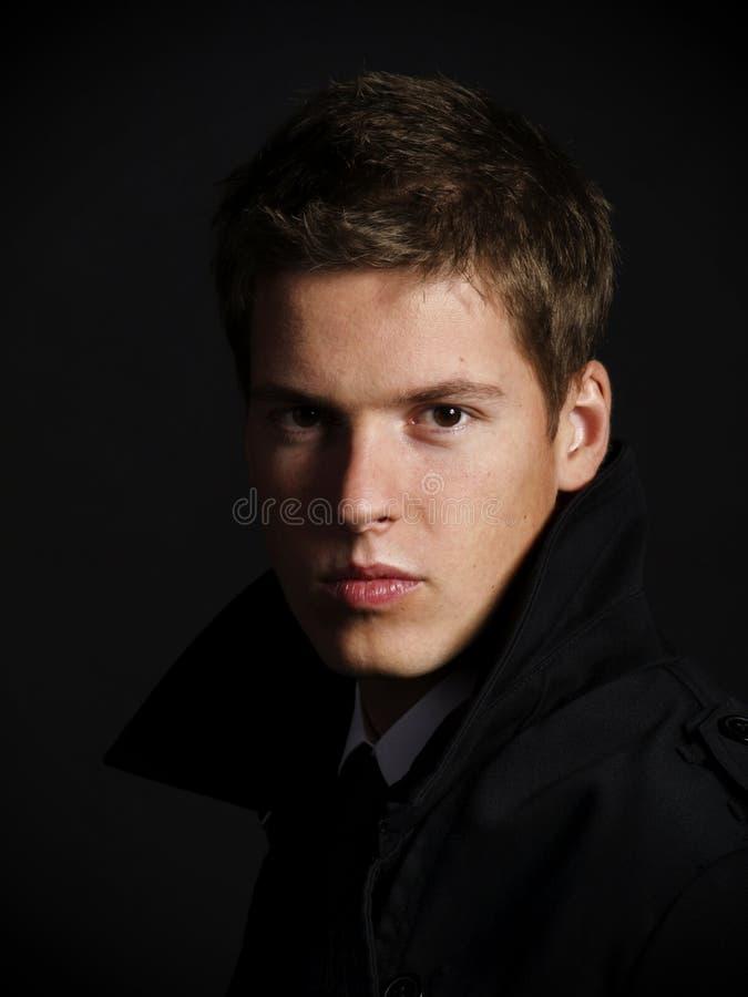 Stattliches junges männliches Baumuster stockfoto