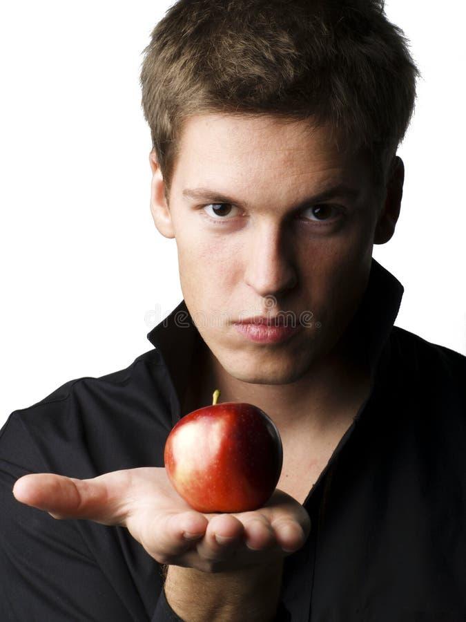 Stattliches junges männliches Baumuster, das einen Apfel anhält stockbilder