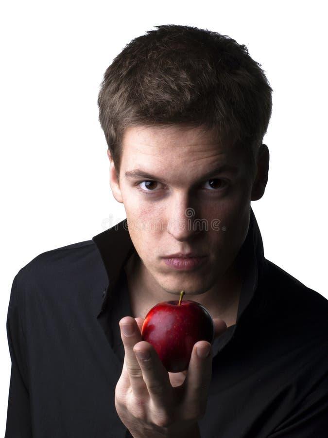 Stattliches junges männliches Baumuster, das einen Apfel anhält lizenzfreie stockbilder