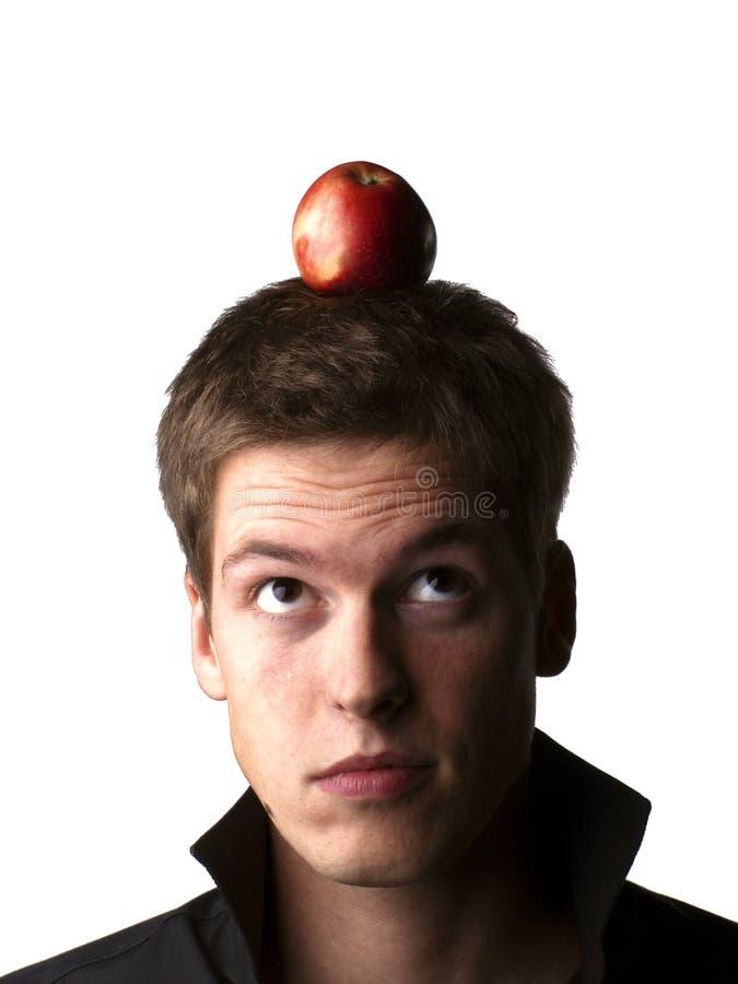 Stattliches junges männliches Baumuster, das einen Apfel anhält stockbild