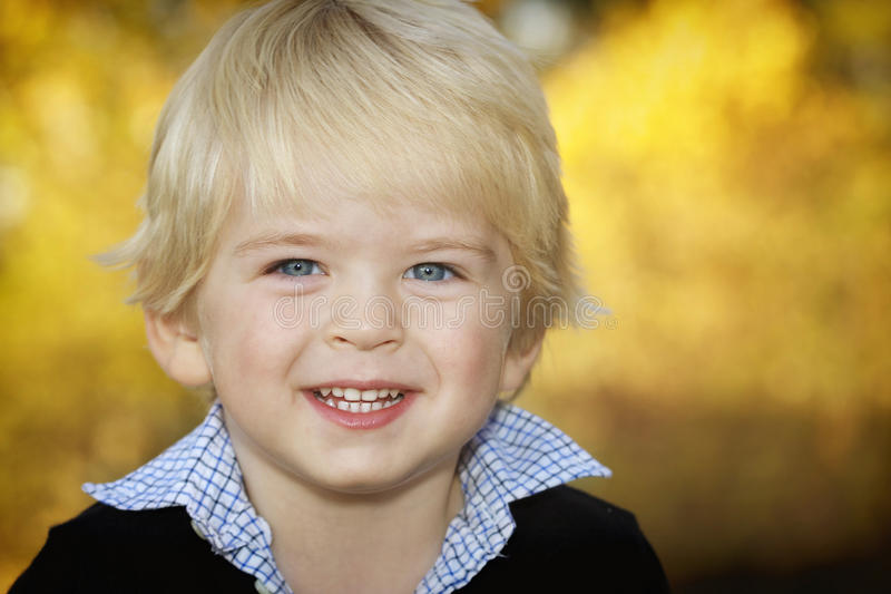 Stattliches kleines blondes Jungenportrait stockfoto