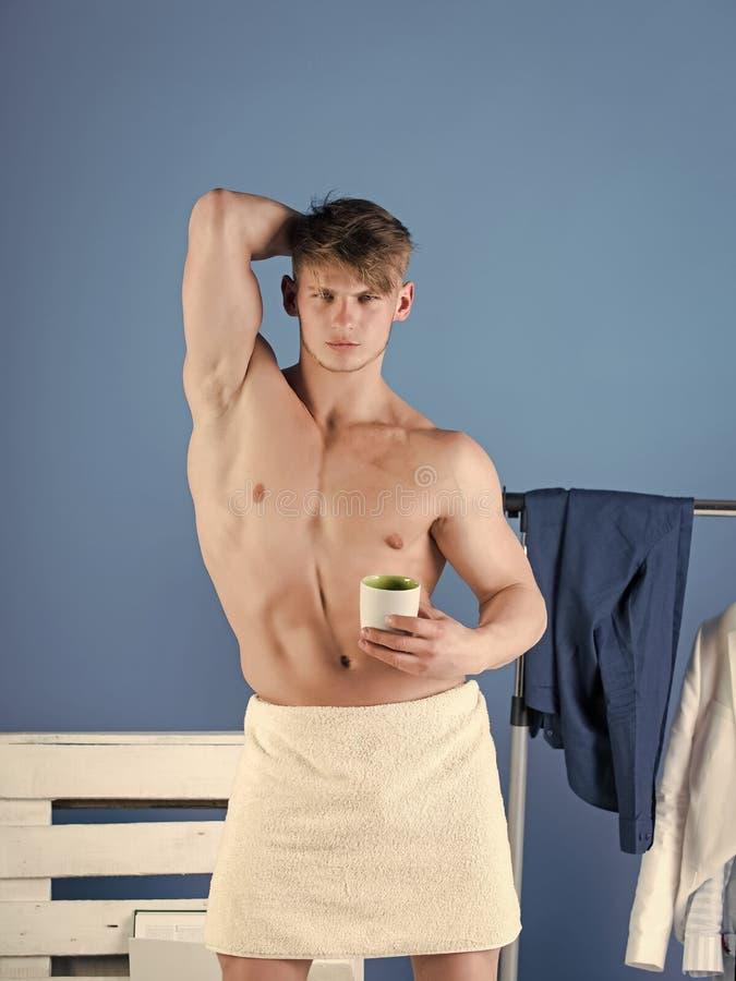 Stattliches Manngesicht Athlet, der muskulösen Torso zeigt lizenzfreie stockfotos