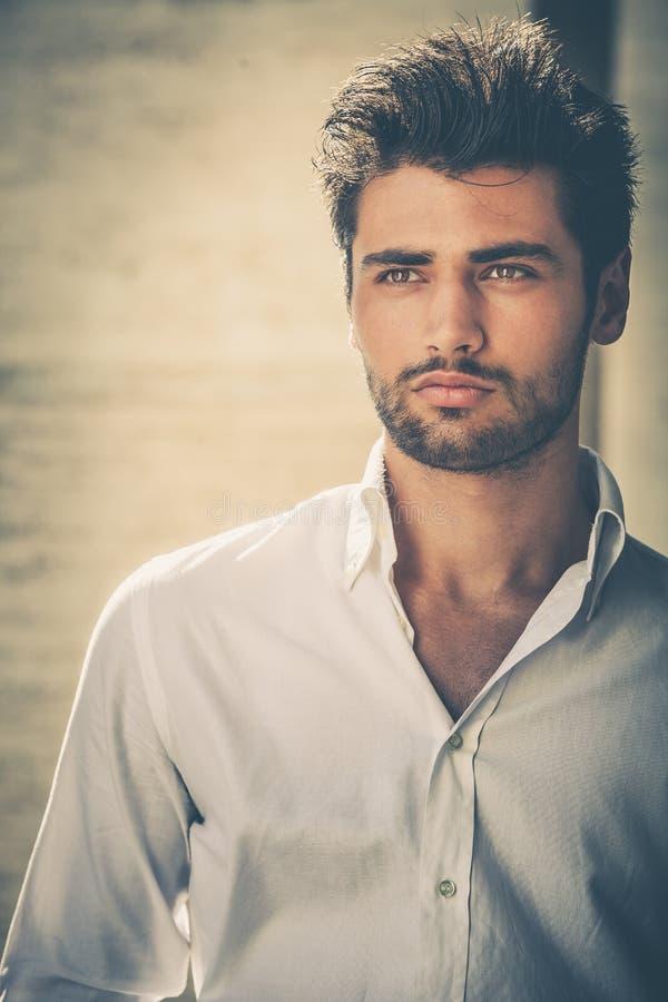 Stattliches Portrait des jungen Mannes Intensiver Blick und ins Auge fallende Schönheit stockfoto