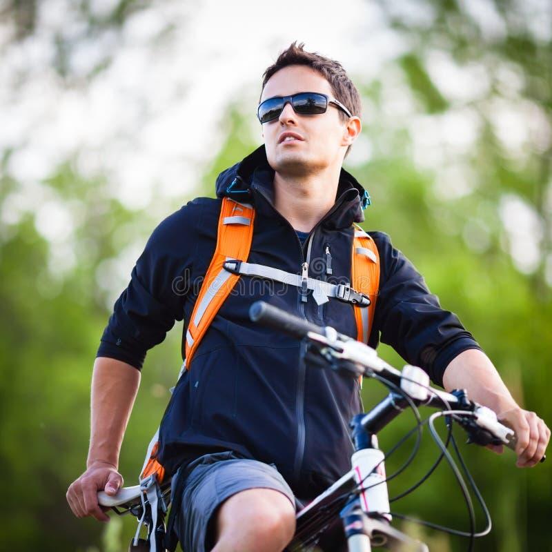 Stattliches Radfahren des jungen Mannes lizenzfreies stockbild