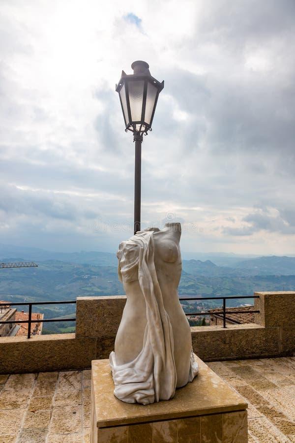 Statua żeński popiersie symbolizuje smucenie i pragnienie dla wolności w San Marino fotografia stock