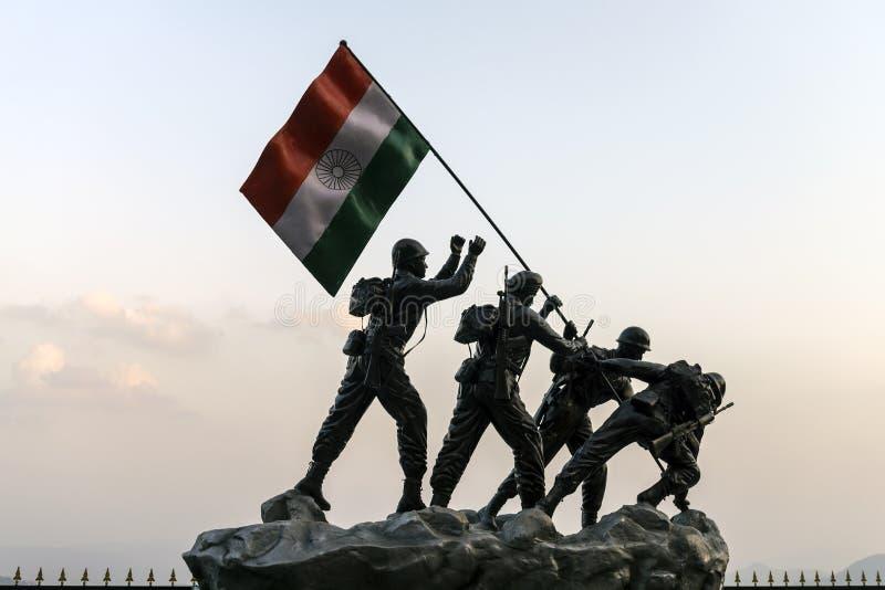 Statua żołnierze hinduscy zasadza flaga państowowa, lokalizować przy Shimla okręgiem obraz royalty free