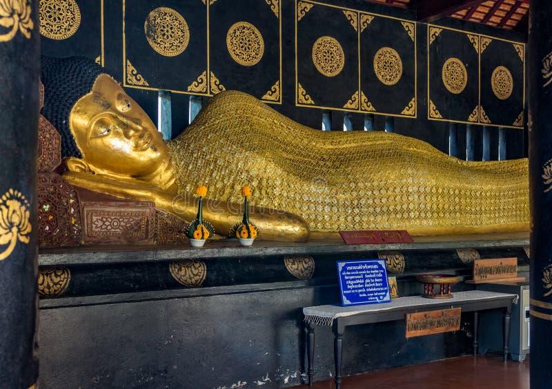 Statua adagiantesi di Buddha dell'oro a Wat Chedi Luang in Chiang Mai, Tailandia fotografia stock