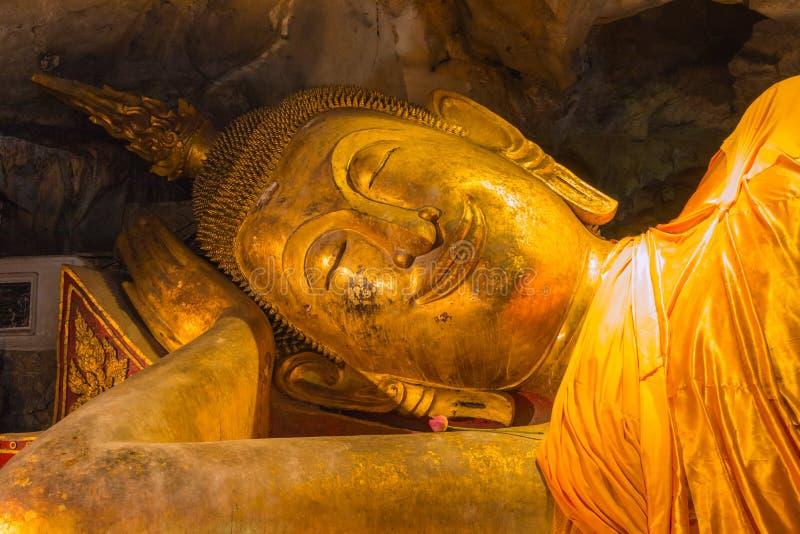 Statua adagiantesi di Buddha di sorriso, posizione di nirvana fotografia stock libera da diritti