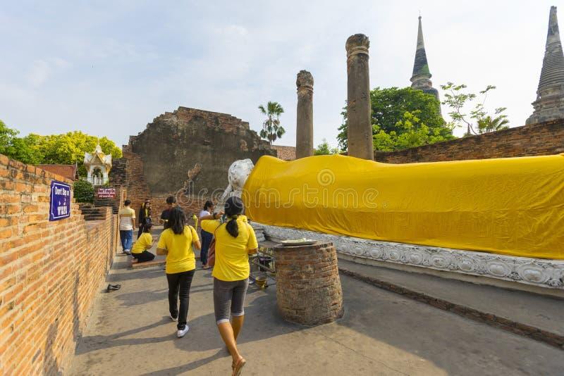 Statua adagiantesi di Buddha a Wat Yai Chaimongkol, Ayutthaya, Tailandia immagini stock