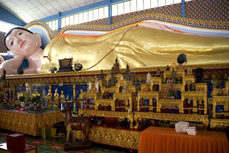 Statua adagiantesi gigante del Buddha immagine stock