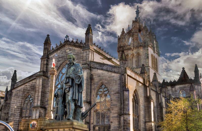 Statua Adam Smith i Sir Giles katedra na Królewskim Mi obraz royalty free