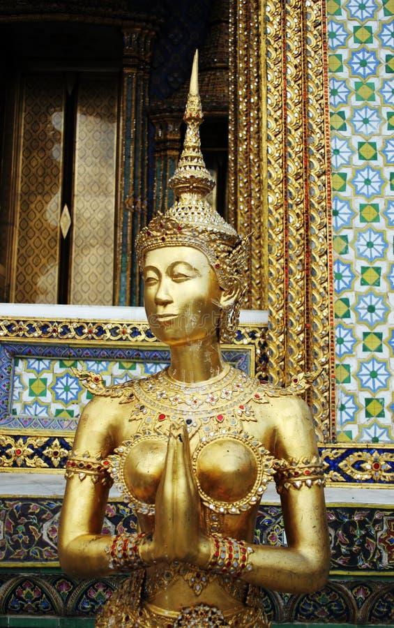 Statua al grande palazzo. fotografia stock libera da diritti
