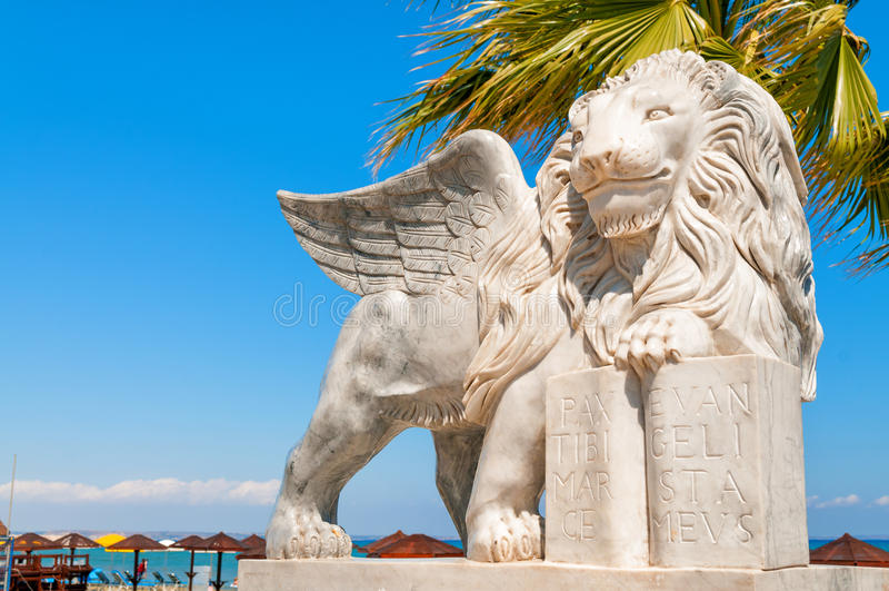 Statua alata del leone a Foinikoudes Larnaca cyprus fotografia stock