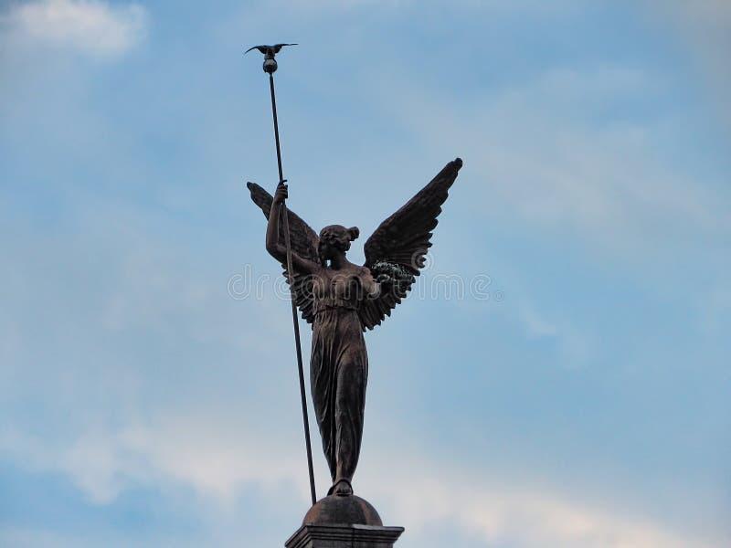 Statua alata della donna immagine stock