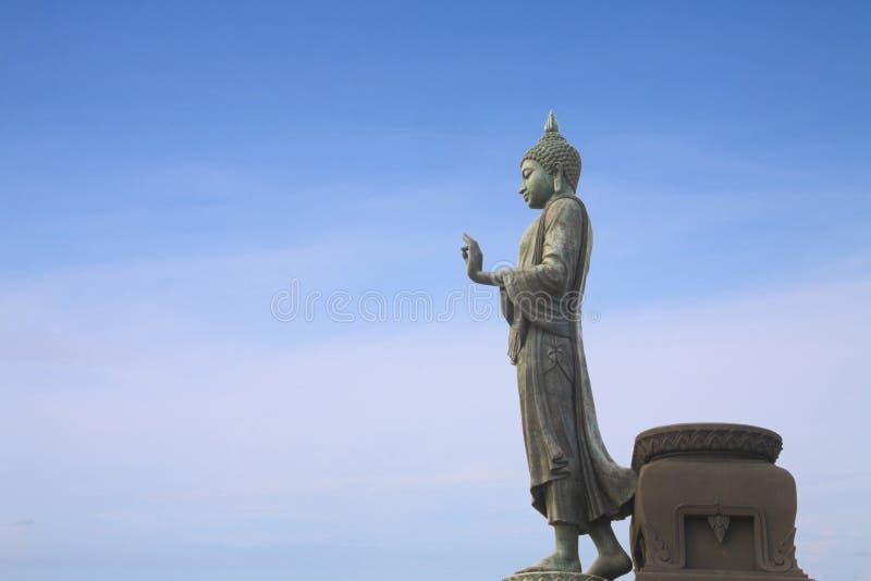 Statua ambulante del Buddha fotografia stock libera da diritti