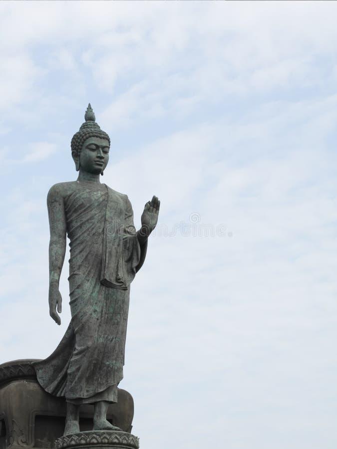 Statua ambulante del buddha immagini stock libere da diritti