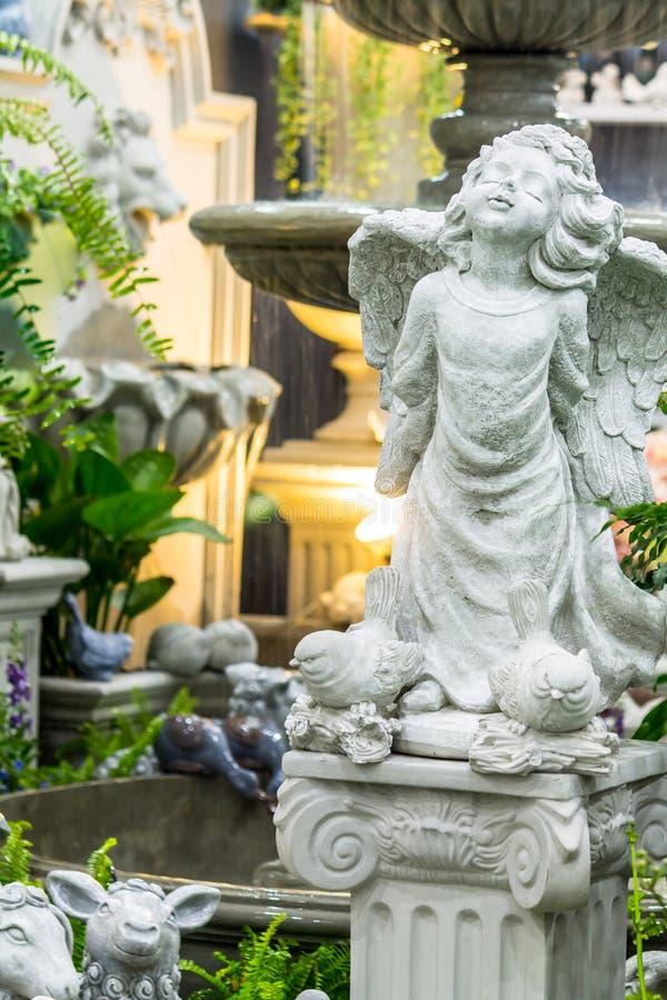 Statua amorek w wygodnym ogródzie obrazy stock