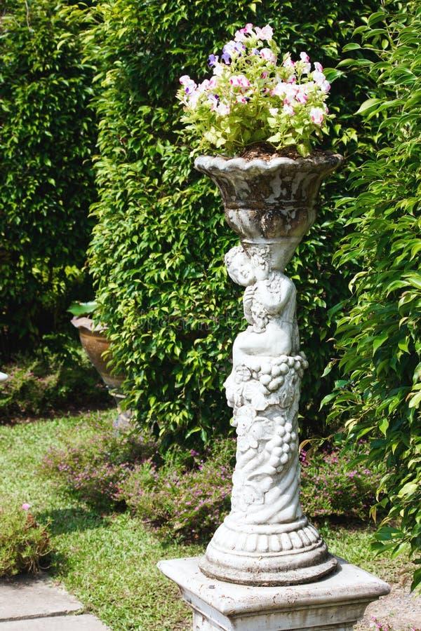 Statua amorek w wygodnym ogródzie fotografia royalty free