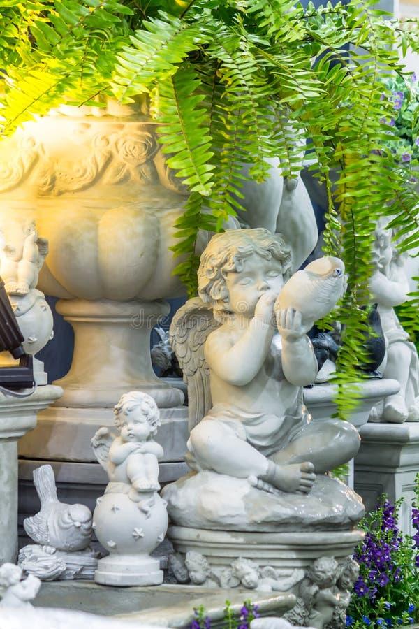 Statua amorek w wygodnym ogródzie obrazy royalty free