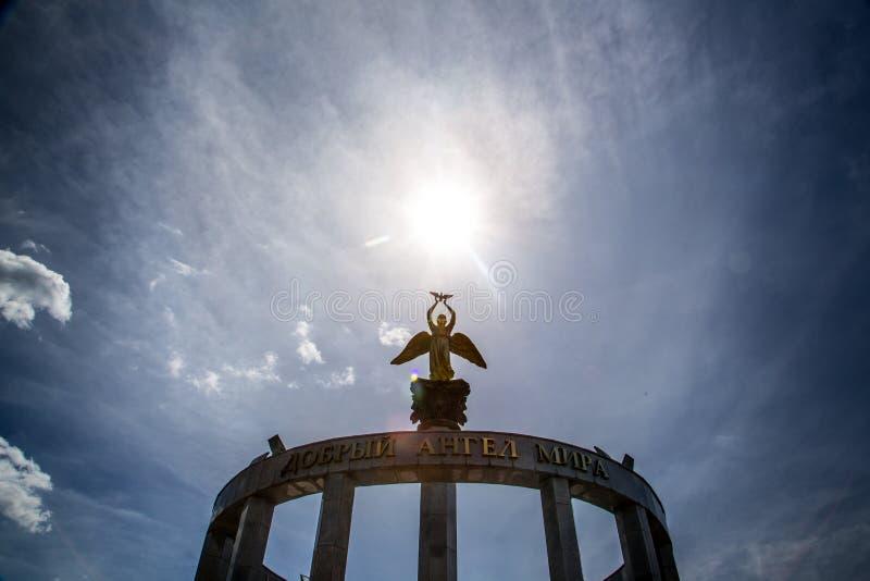 Statua anioł i słońce nad ono obrazy royalty free