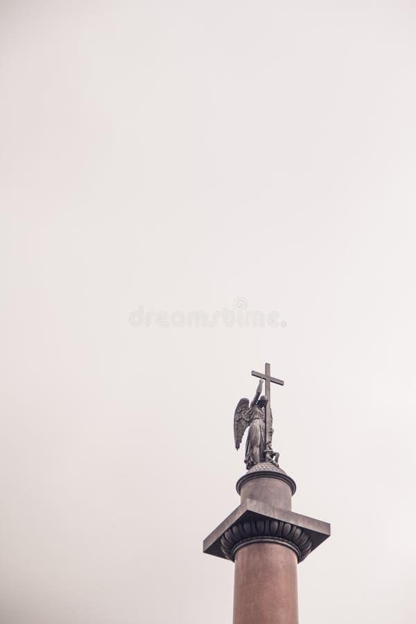 Statua anioł trzyma krzyż obraz royalty free