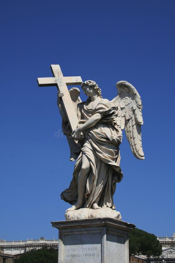 Statua anioł trzyma krzyż na Sant Angelo moscie w Rzym, Włochy obrazy stock